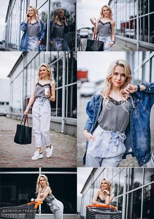 Девушка на прогулке - Растровый клипарт / Girl on a walk - Raster Graphics